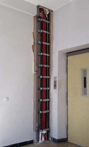 Freigelegter Installationsschacht in einem Industriegebäude